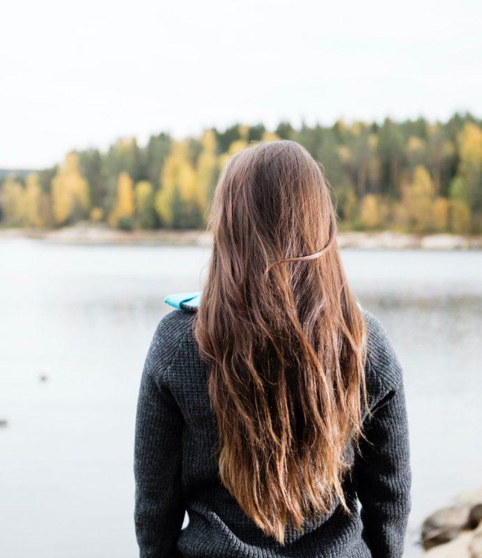 Kvinna tittar ut över vatten
